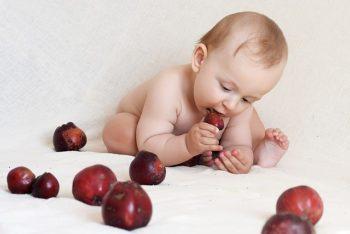 baby-eating-fruit