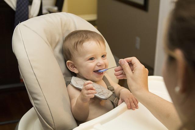 2歳児は座って食べさせるべきか行儀は気にせず食べさせるべきかに答えを出しました